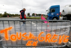 2017-09-25T093001Z_1681122019_RC1312361780_RTRMADP_3_FRANCE-REFORM-TRUCKS-BLOCKADES.JPG